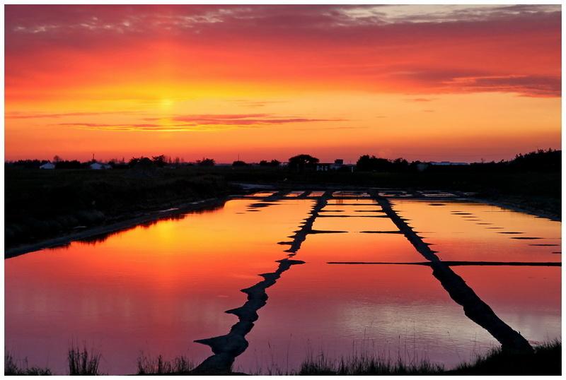 Photo coucher de soleil sur les marais salants de doque - Coucher de soleil dessin ...